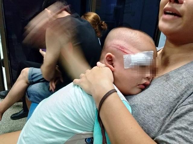อาสาตำรวจฟาดเด็กวัย 2 ขวบ สลบ เหตุผู้ปกครองวกรถหนีด่าน ชาวเน็ตถาม ทำเกินไปไหม
