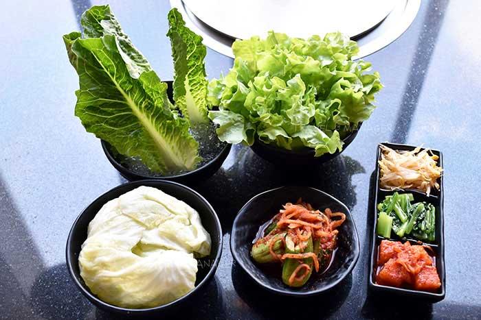 ผักสดและสลัดผักต่างๆ
