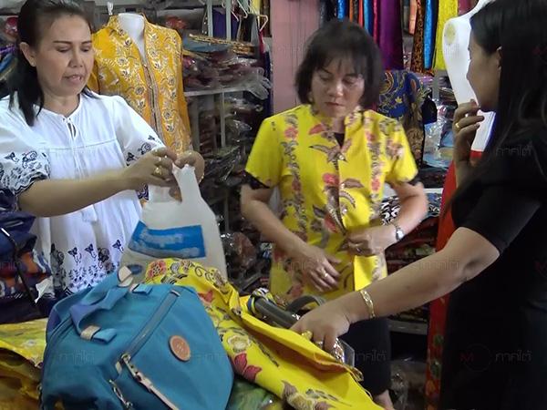 เริ่มคึกคักประชาชนหาซื้อเสื้อสีเหลือง เตรียมใส่ในเดือนมหามงคลต่อเนื่อง 4 เดือน
