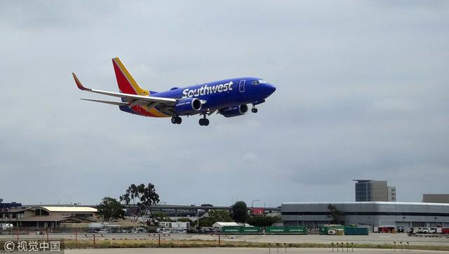 สายการบิน Southwest Airlines โบอิ้ง 737 MAX 8 ซึ่งมุ่งหน้าไปยังทะเลทรายแคลิฟอร์เนีย ได้ลงจอดฉุกเฉิน  ที่ท่าอากาศยานนานาชาติลอสแองเจลิส เนื่องจากปัญหาที่เกี่ยวข้องกับเครื่องยนต์ หลังจากเครื่องบินขึ้นไม่นาน เมื่อวันที่ 24 มีนาคม ที่ผ่านมา (ภาพไชน่าเดลี)