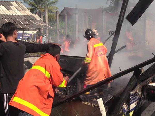 เพลิงไหม้บ้านไม้เก่าวอดทั้งหลังในเมืองคอน คาดไฟฟ้าลัดวงจรเป็นเหตุ