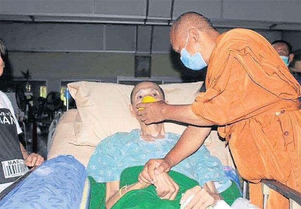 ท่านดูแลผู้ป่วยเอดส์เช็ดตัวป้อนข้าวให้กินยาอย่างสม่ำเสมอ