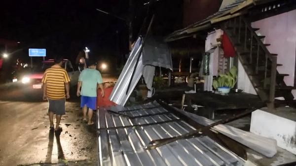 ลูกวิ่งกอดแม่ไม่ให้กลัวขณะพายุร้อนถล่ม 3 หมู่บ้าน บ้านเสียหายร่วมร้อยหลัง