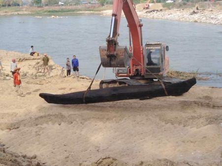 พบเรือตะเคียนโบราณโผล่น้ำปิงกำแพงเพชร ร่างทรงนัดบวงสรวงคืนนี้