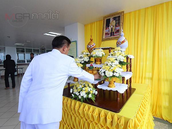 ร.๑๐ พระราชทานดอกไม้และตะกร้าสิ่งของแก่ทหารที่บาดเจ็บจากเหตุระเบิดที่สุไหงปาดี
