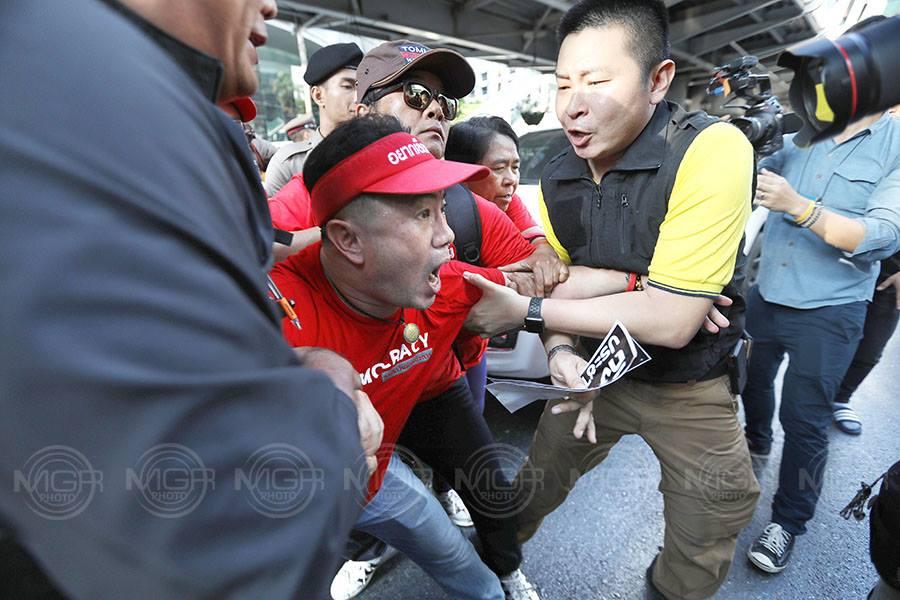 """""""อยากเลือกตั้ง""""ล่าชื่อถอด กกต.แยกราชประสงค์ แต่อ่านแถลงเรียกร้อง""""เพื่อไทย""""เป็นรัฐบาล-ห้ามให้พรรคอื่นเป็นนายกฯ"""