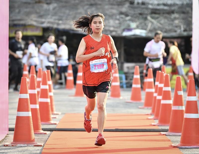 นนท์ ฤทัยภัทร นักวิ่งสาวจากโรงเรียนทองผาภูมิวิทยา จ.กาญจนบุรี วิ่งเข้าเส้นชัยทำเวลา 1.29.09 ชั่วโมง คว้าแชมป์โอเวอร์ออลหญิง ระยะฮาล์ฟมาราธอน 21 กม.