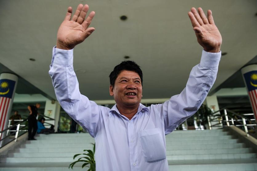 ด่วน วัน ทัญ (Doan Van Thanh) บิดาของ ด่วน ถิ เฮือง ชูมือด้วยความดีอกดีใจ หลังจากบุตรสาวพ้นข้อหาฆาตกรรมและได้รับการลดหย่อนโทษ