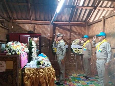 อัญเชิญหมวก-ผ้าพันคอพระราชทาน หน้าศพลุงอาสาดับไฟป่าตกเขาเชียงรายดับ ญาติเตรียมฝัง 5 เม.ย.นี้