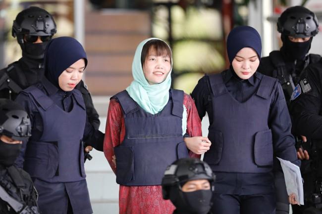 แม่เลี้ยงสาวเวียดผู้ต้องหาฆ่าพี่ชายผู้นำโสมแดงสุดดีใจลูกสาวได้ลดโทษเตรียมเลี้ยงใหญ่