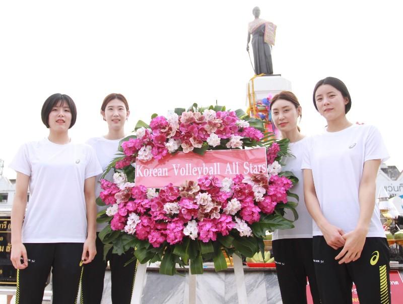 แฝดสาวเกาหลี ขวัญใจหนุ่มไทย นำทัพสักการะย่าโม