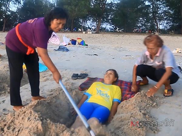 รพ.สต.ม่วงงาม นำผู้ป่วยมาฝังทรายที่ชายทะเล บำบัดผู้ป่วยโรคเบาหวาน-ความดัน