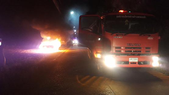 ระทึก!หนุ่มขับเก๋ง BMW ซีรี่ 7 จู่ๆไฟลุกไหม้ห้องเครื่องเสียหายทั้งคัน
