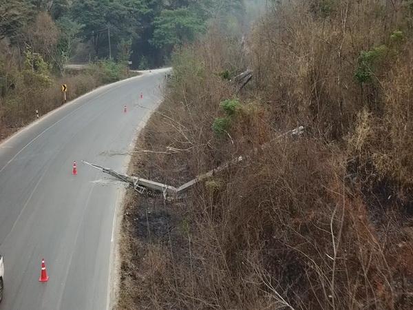 พิษสงไฟป่า ! ไหม้ลามต้นไม้ใหญ่โค่นฟาดดึงเสาไฟฟ้าแรงสูงล้มระเนระนาดบนถนนสายลำปาง-แจ้ห่ม