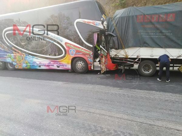 หวิดตายหมู่ ! รถบัสขนแรงงานจากปทุมธานีกลับแม่สอดคนขับมือใหม่พุ่งรถลงเขาเบรกไม่อยู่เสยท้ายรถบรรทุกเจ็บ  1