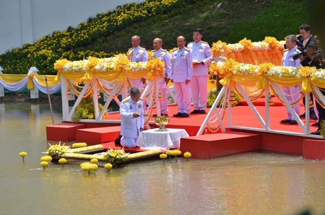 อธิบดีกรมการปกครอง-ผู้ว่าฯ เพชรบุรี ประกอบพิธีพลีกรรมตักน้ำอภิเษก
