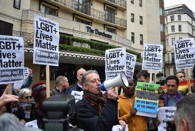 """ผู้ประท้วงชุมนุมต้าน """"กฎหมายลงโทษเกย์"""" หน้าโรงแรมบรูไนในลอนดอน"""
