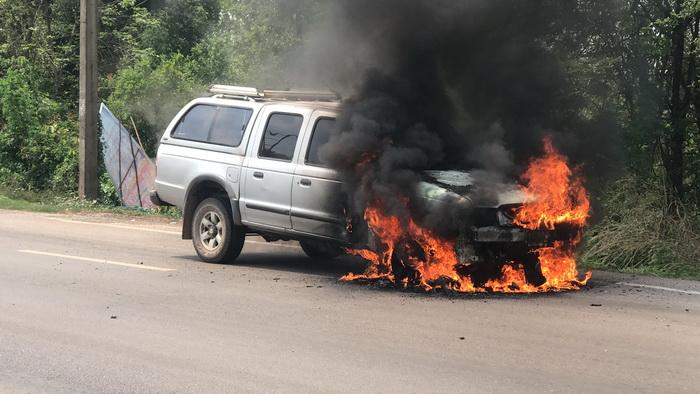 คนขับรอดตายหวุดหวิด!ไฟไหม้รถกระบะเผาวอดทั้งคัน