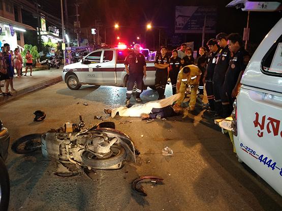 ลุงขี่รถจักรยานยนต์เฉี่ยวท้ายรถกระบะเสียหลักล้มถูกรถเมล์ทับซ้ำเสียชีวิตคาที่
