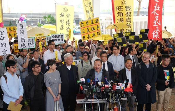 """In Pics: ศาลฮ่องกงตัดสิน  """"9 ผู้นำเรียกร้องประชาธิปไตยร่มเหลือง"""" มีความผิด"""