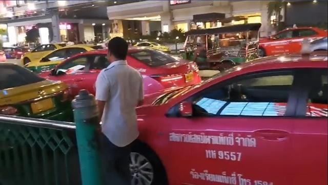 ท้ากฎหมาย! กลุ่มรถโดยสารสาธารณะจอดปิดถนนหน้าห้างดัง ระหว่างรอผู้โดยสาร