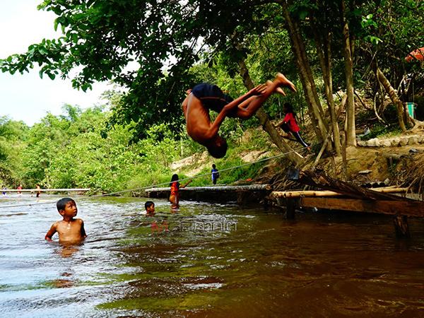 เด็กๆ ลงเล่นน้ำคลายร้อนช่วงปิดเทอมจากอ่างเก็บน้ำคลองหัวช้าง จ.พัทลุง