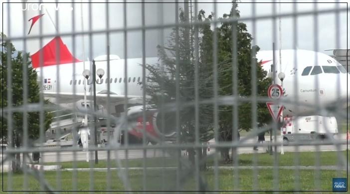 "In Clips: ปล้นกลางสนามบินแอลเบเนีย กลุ่มมือปืนฉกเงินสดร่วม 2.5 ล้านยูโรจาก ""เครื่องบินสายการบินออสเตรียนแอร์ไลน์ส"" ไปได้หน้าตาเฉย"