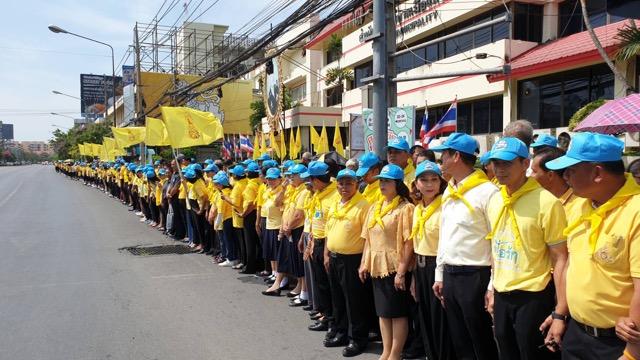 ประชาชนพร้อมใจสวมเสื้อเหลืองตั้งขบวน ต้อนรับขบวนอัญเชิญคนโทน้ำอภิเษก สำหรับใช้ในพระราชพิธีบรม