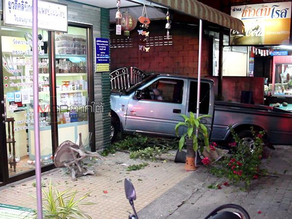 ลุงขับรถเกิดวูบพุ่งข้ามเลนชนกำแพงบ้าน และร้านขายยาในเมืองพัทลุงเสียหาย
