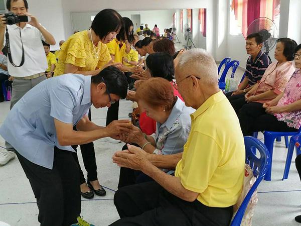 รพ.เบตง จัดรดน้ำดำหัวสมาชิกชมรมผู้สูงอายุ ขอพรจากผู้ใหญ่ในช่วงสงกรานต์