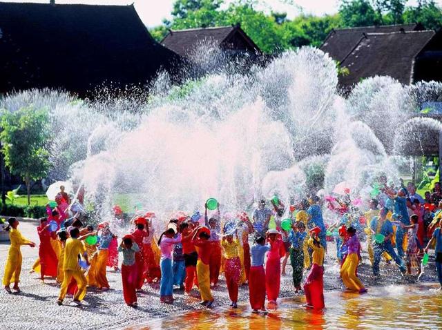 เทศกาลสาดน้ำ หรือที่คนไทยเรียกว่าสงกรานต์ เป็นเทศกาลที่สำคัญที่สุดของชนกลุ่มน้อยไต ในมณฑลยูนนานของจีน (ภาพเอเจนซี)