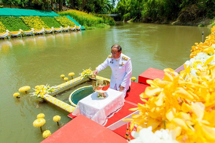 """พิธีพลีกรรมตักน้ำศักดิ์สิทธิ์เพื่อใช้เป็นน้ำอภิเษกและน้ำสรงมุรธาภิเษกของจังหวัดเพชรบุรี บริเวณท่าน้ำวัดท่าไชยศิริ ต.สมอพลือ อ.บ้านลาด ซึ่งแม่น้ำเพชรบุรีเป็น 1 ในแม่น้ำศักดิ์สิทธิ์ 5 สาย เรียกว่า """"เบญจสุทธคงคา"""" ได้แก่ แม่น้ำบางปะกง แม่น้ำป่าสัก แม่น้ำเจ้าพระยา แม่น้ำราชบุรีและแม่น้ำเพชรบุรี"""