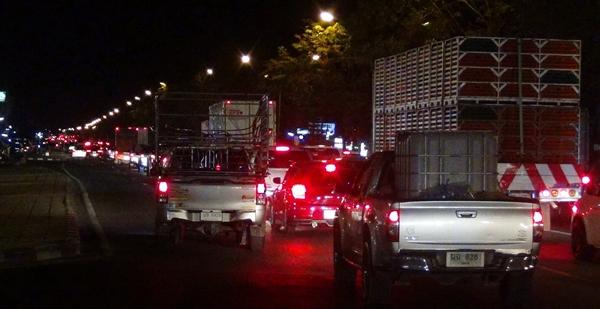 ถนน  304 ฉะเชิงเทรา-นครราชสีมา ยังแออัดจนถึงรุ่งสางวันนี้ พบปริมาณรถสะสมตั้งแต่ช่วงเย็นที่ผ่านมา