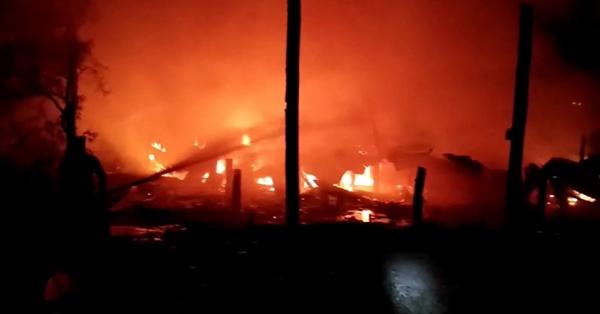เพลิงไหม้วอดบ้านบ้านไม้ยกพื้นสูงใน อ.บ้านสร้าง จ.ปราจีนบุรี ทำชายวัย 65 ปีถูกไฟคลอก..ดับ