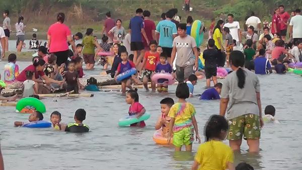 ชาวชัยนาท แห่ไปเล่นน้ำ สะพานแพไม้ไผ่ กลางแม่น้ำเจ้าพระยา  คลายร้อน
