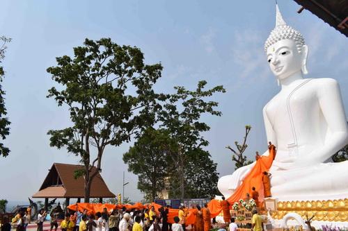 ชาวสหัสขันธ์แห่ผ้าอังสะขึ้นบันไดสวรรค์ 654 ขั้นสิริมงคลปีใหม่ไทย