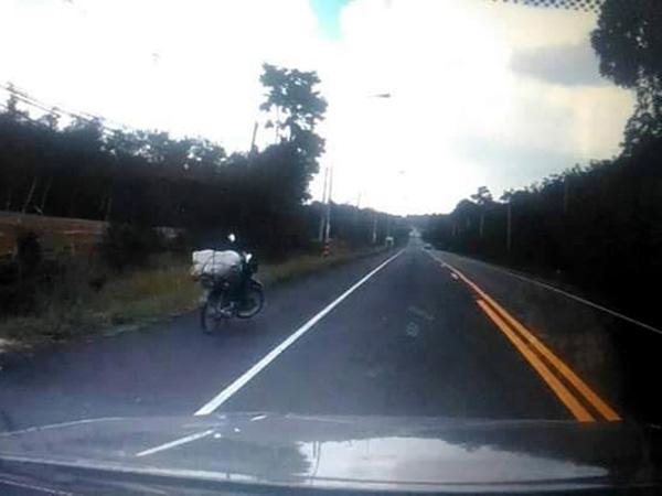 """ดูกันจะจะ! ภาพ """"จยย.บอมบ์"""" จอดไหล่ทาง ก่อนบึ้มใส่รถ """"สภ.นาประดู่"""""""