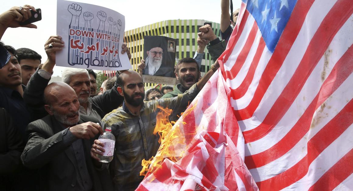 ชาวอิหร่านเดินขบวนประท้วง กรณีมะกันขึ้นบัญชีดำทัพอิหร่านเป็นก่อการร้าย