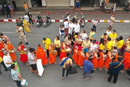 ชาวพุทธพม่า-ลาว-ไทย ตักบาตรฉลองปีใหม่เมืองคึกคัก ชาวน่านร่วมทำบุญ-สรงน้ำพระเจ้าทองทิพย์เนืองแน่น