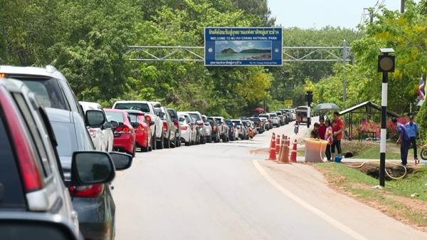 เกาะช้างแน่น ..นักท่องเที่ยวไทย-เทศแห่นำรถยนต์ต่อคิวรอข้ามฟากกว่า 2 กม.