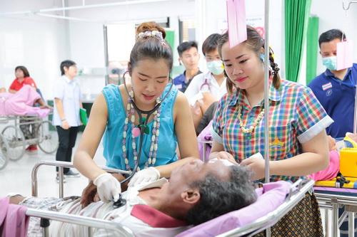 สีสันสงกรานต์!หมอ-พยาบาลรพ.มหาสารคามแต่งชุดไทยให้บริการผู้ป่วย