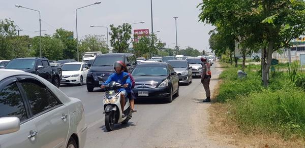 ชื่นชม.... ตำรวจเมืองนครปฐม ระบายรถลงภาคใต้คล่องตัวรวดเร็วโดยโซเชียลช่วย