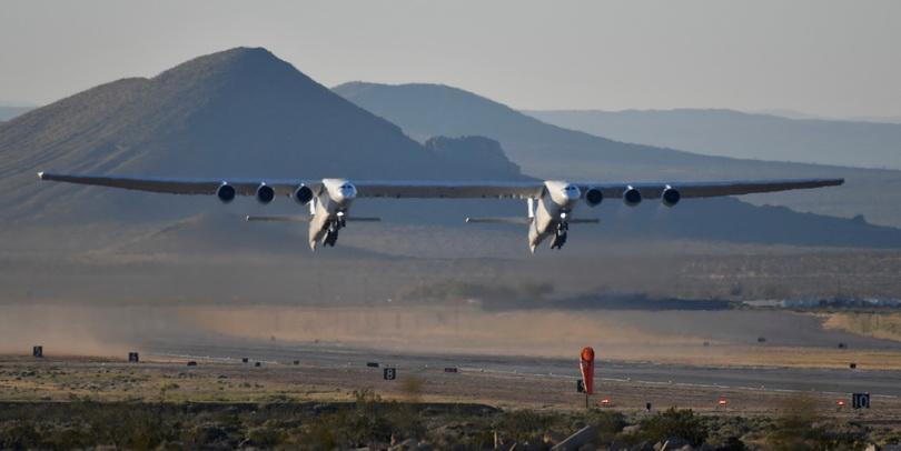 ดูชัดๆ!! 'สตราโตลอนช์' ส่งเครื่องบินใหญ่ที่สุดในโลกทะยานขึ้นฟ้าเป็นครั้งแรก (ชมคลิป)
