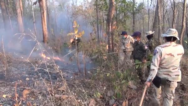 สงกรานต์ก็ไม่หยุด!ทหารนำ ฮ.บินโปรยน้ำดับไฟป่าโหมไหม้ยอดดอยลำปางต่อเนื่อง