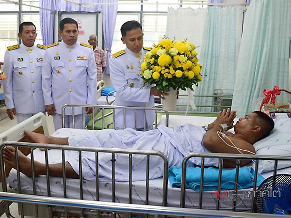 พระราชทานดอกไม้ ทหารพรานบาดเจ็บ เหตุลอบวางระเบิดและยิงซ้ำ ที่ จ.นราธิวาส
