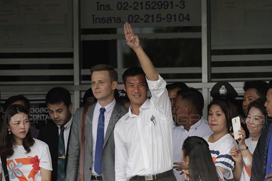 ตัวแทนจากสถานทูตต่างประเทศ ไปสังเกตการณ์ในวัน ที่ ธนาธรไปรับทราบข้อกล่าวหา ม.116 ที่ สน.ปทุมวัน
