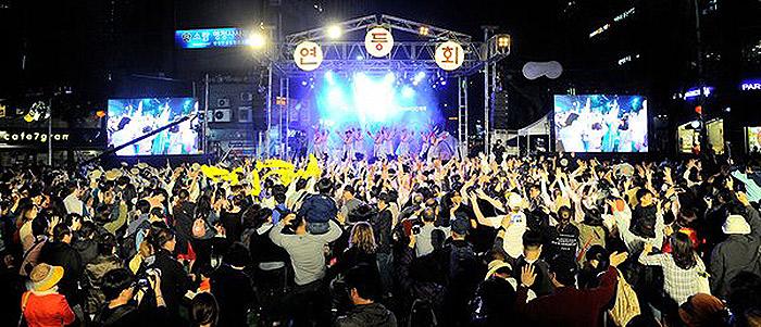 บรรยากาศคึกคักสนุกสนานใน เทศกาลโคมไฟดอกบัว