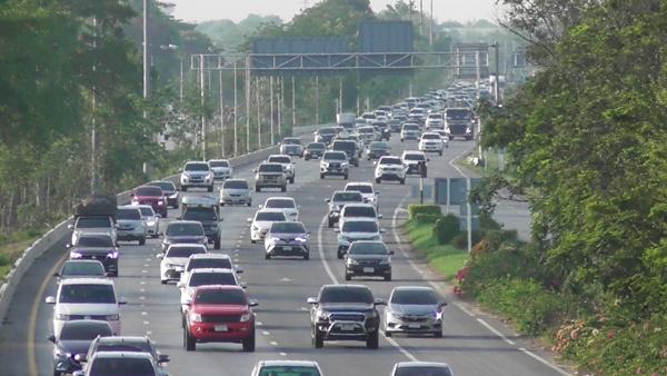 เริ่มอีกครั้งมหกรรมรถติด!!  ถนนสายเอเชีย ช่วงผ่านชัยนาท รถหนาแน่นต่อเนื่อง ประชาชนทยอยกลับกรุงเทพ