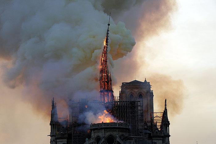 """ช็อตใจสลาย! """"ยอดวิหารน็อทร์-ดาม"""" หัก ท่ามกลางเปลวเพลิงที่ปารีส [ชมคลิป]"""