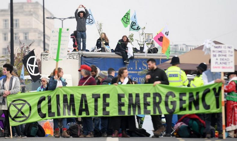ตร.อังกฤษจับ 'ผู้ประท้วงต้านโลกร้อน' กว่าร้อยคน หลังชุมนุมปิดถนนลอนดอนทำจราจรเป็นอัมพาต